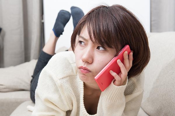 電話しながら怒る女の子