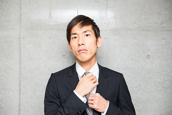ネクタイを締めるサラリーマン