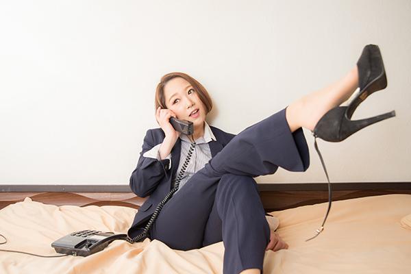 電話をするハイヒール女性