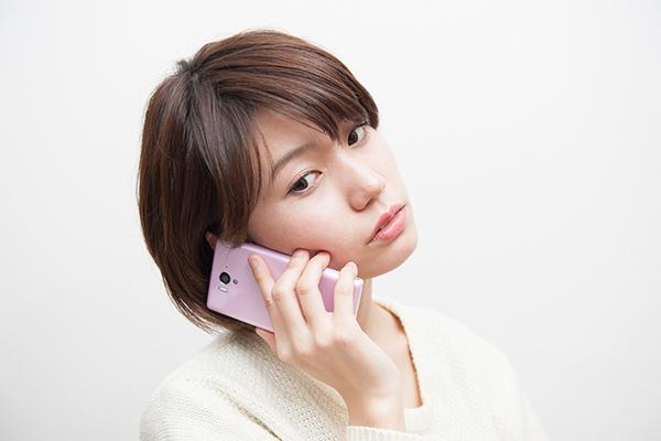 電話で話を聞く女性