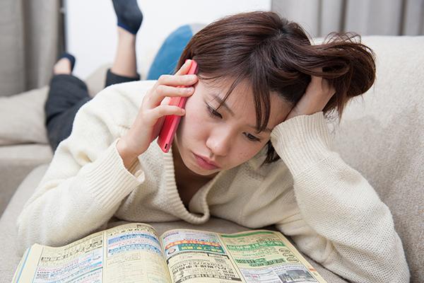 雑誌を読みながら電話