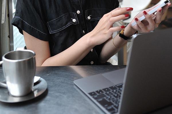 スマホ触りながらノートパソコンをチェック