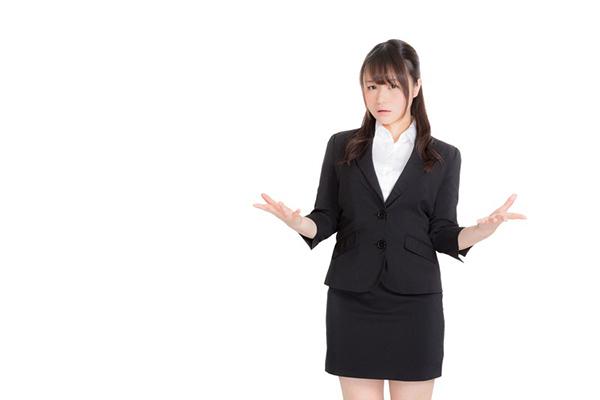 紹介するリクルートスーツの女性